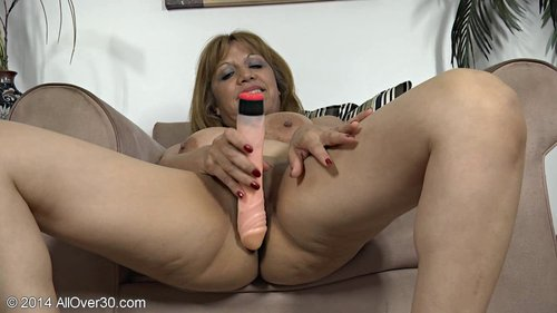 image Marisa vazquez plays with a toy in her mature pussy