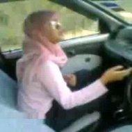Jilbab ngentot di mobil